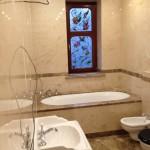 Ванная комната. Мрамор Крема Нова, Имперадор лайт, Имперадор Дарк. Частный дом в Подмосковье