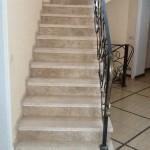 Лестница вид 3. Мрамор Крема Нова, Имперадор Лайт - частный дом Истринский р-н