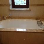 Ванная комната. Мрамор Имперадор Лайт, Крема Нова. Частный дом в Подмосковье