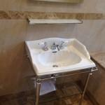 Ванная комната. Пол - мрамор Имперадор Лайт, стены - Крема Нова. Частный дом в Подмосковье